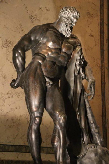Eine verkleinerte Bronzekopie des Farnesischen Herkules aus dem 17. Jh. bewacht auch die Steinzimmer der Residenz!