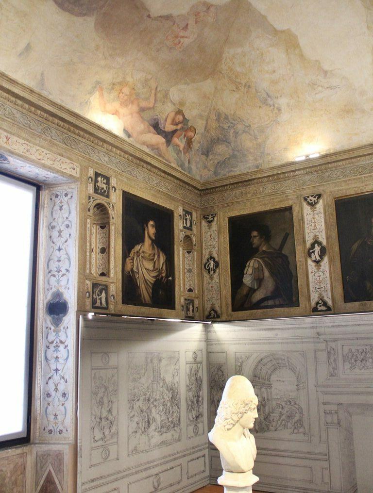 """So präsentiert sich das """"Camerino dei Cesari"""" im Palzzo Ducale von Mantua heutzutage: An den Wänden Kopien von Tizians Porträts, darunter Reproduktionen der Vorzeichnungen Giulio Romanos für die begleitenden Historienszenen"""